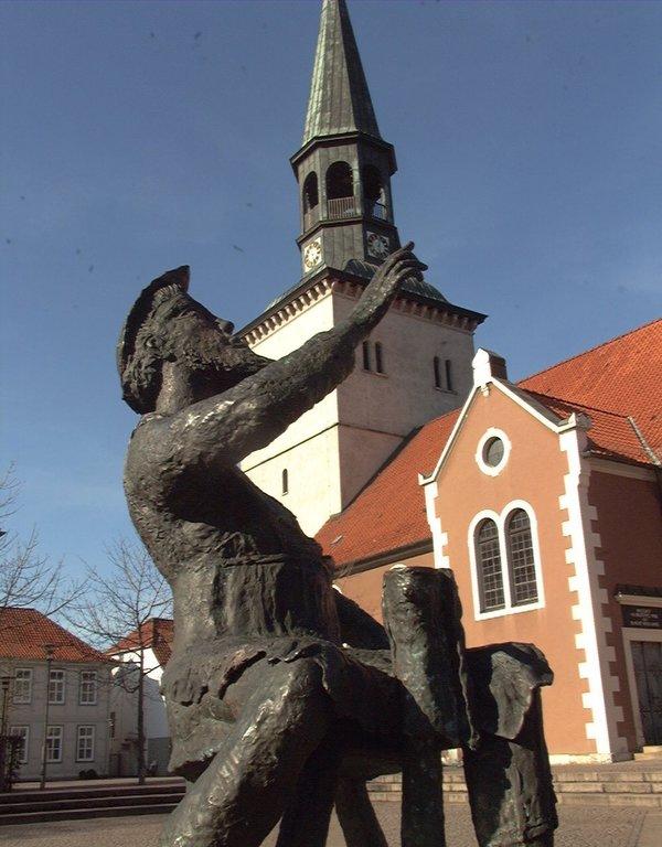 Burgdorf mit der Pankratiuskirche und dem Denkmal des Wahrsagers Wickenthies ist das Ziel der Tour. (Foto: Rainer Dröse)