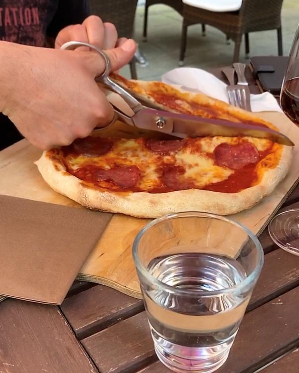 """Pizza mit der Schere schneiden: Der Unterhaltungsfaktor im """"Mano a Mano"""" ist groß. Foto: Saskia Kirf"""