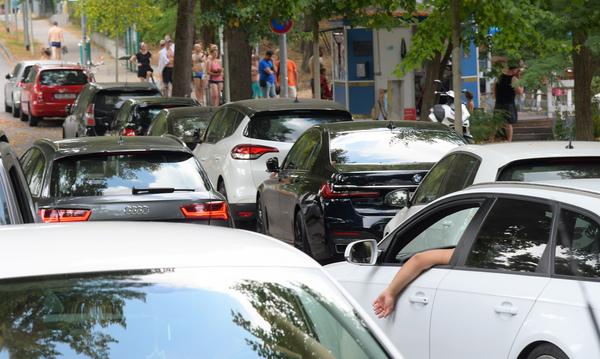 Verkehrschaos in der engen Seepromenade. Foto: Bernd Gartenschläger