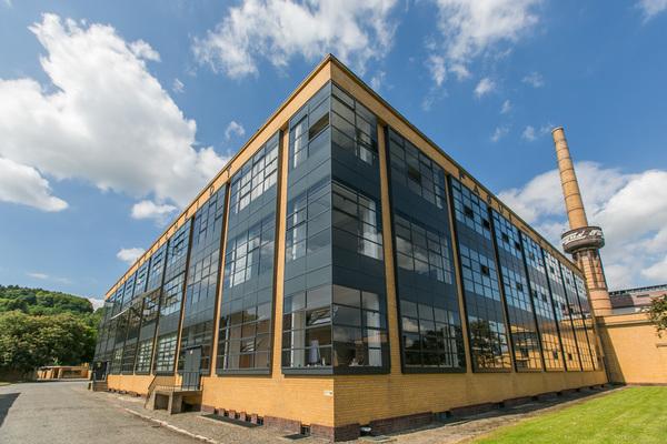 Stilbildend: Die charakteristischen Über-Eck-Fenster des Industriegebäudes. (Foto: Jan-Philipp Eberstein)