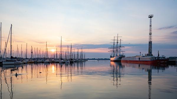 Sonnenaufgang über dem Stralsunder Hafen (Foto: Jörg Banditt)