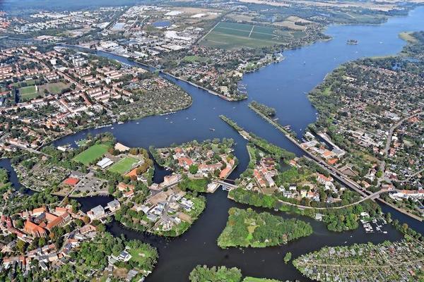 Brandenburg an der Havel aus der Luft: die Stadt ist Start- und Zielpunkt der Wanderung. Auf dem Weg rund um den Beetzsee gibt es viele Badestellen. Foto: Rüdiger Böhme