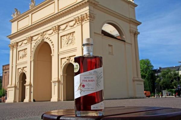 Seine rote Farbe erhält der Gin durch Aroniabeeren. Foto: Imagine Spirits