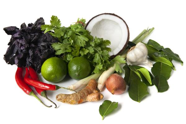 Die Kokosnuss ist nur eines von vielen thailändischen Gemüse und Früchten.