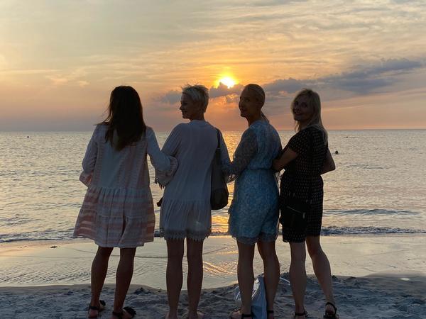 Vier Freundinnen beim Sonnenuntergang auf Poel (Foto: Dörte Dittschlag)