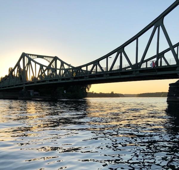 Die Glienicker Brücke vom Wasser aus betrachtet. Foto: Maike Schultz