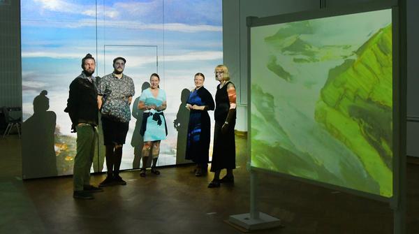 Künstler und Verantwortliche inmitten der Installation. Foto: Bernd Gartenschläger