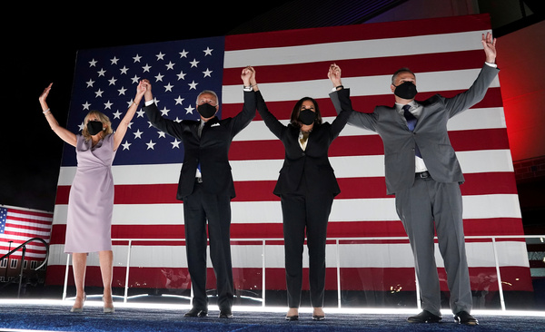 Jill Biden, Joe Biden, Kamala Harris en Doug Emhoff (foto: Reuters)