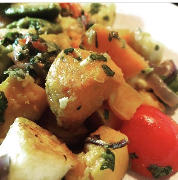 Ein köstlicher Salat mit Süßkartoffeln und Avocado. Foto: Saskia Kirf