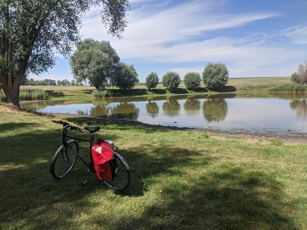 Hinter Pessin schmiegt sich dieses malerische Wasserloch in die Landschaft. Foto: Lars Sittig
