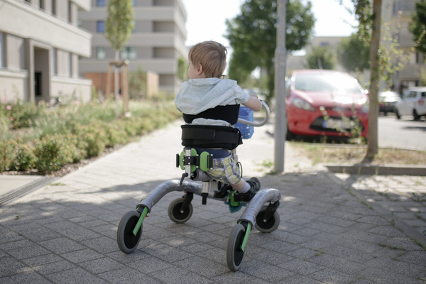Kulani im Gehtrainer: Der Fünfjährige leidet an einer rasant voranschreitenden Kinderdemenz. Gehen, sehen, sprechen – er verliert alle Fähigkeiten. Quelle: Friedrich Bungert