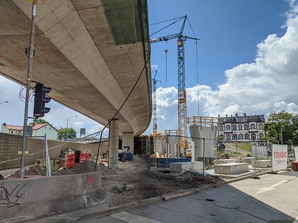 Die Bauarbeiten an der Hochstraßenbrücke laufen seit Monaten. Foto: Friedrich Bungert