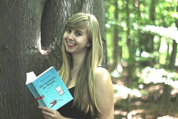 OZ-Mitarbeiterin Gina Henning liest gern in die Natur (Foto: privat)