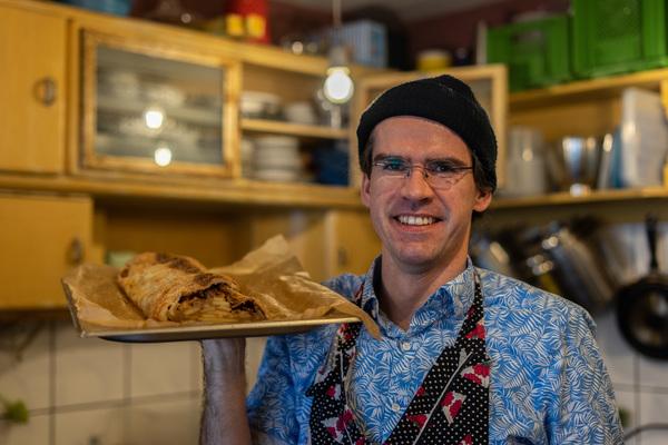 """Tim Berger vom Lokal """"Waldenberger"""" mit einem frischen Apfelstrudel"""