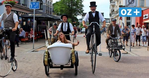 Sie sind der Attraktion auf der Heringsdorfer Promenade: Herren auf historischen Fahrrädern