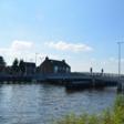 Constructie van de Meerbrug uit de grond gereden door vrachtwagen