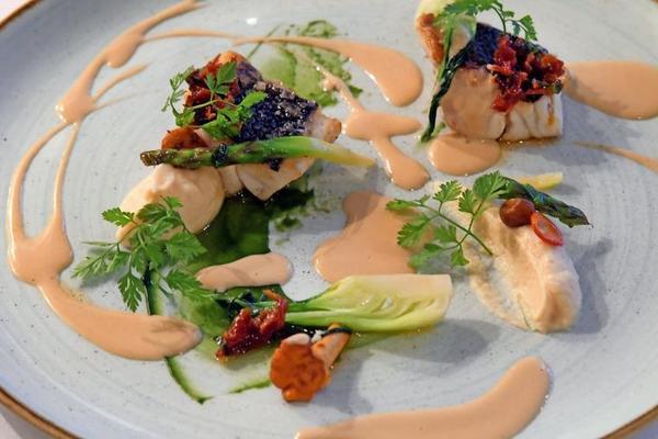 Weißes Seefischfilet, Selleriewurzelcreme mit schwarzem Trüffelöl & angebratenen Wurzeln in Soja & Honigsud. Quelle: Bernd Gartenschläger