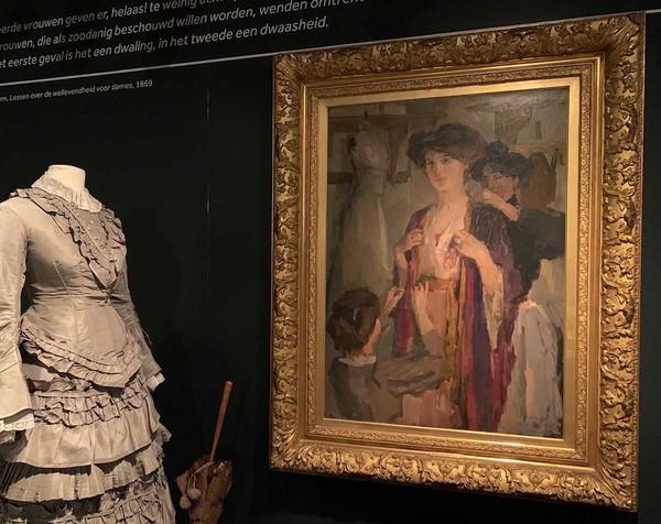 'Essayeuses chez Paquin' - olieverf op doek: Isaac Israels (herkomst: coll. Dordrechts Museum)