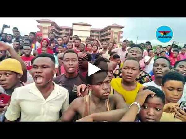 Kanjaga SHS students mob, block Prof. Opoku Agyemang's entourage
