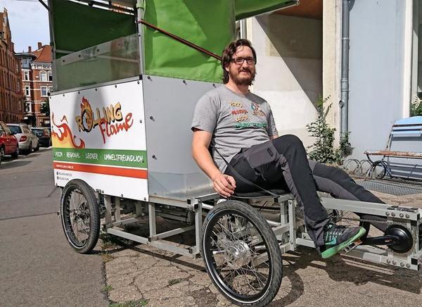 Jörn Besser kann mit seinem Pizza-Bike bis zu 30 Kilometer fahren. (Foto: Ralf Heußinger