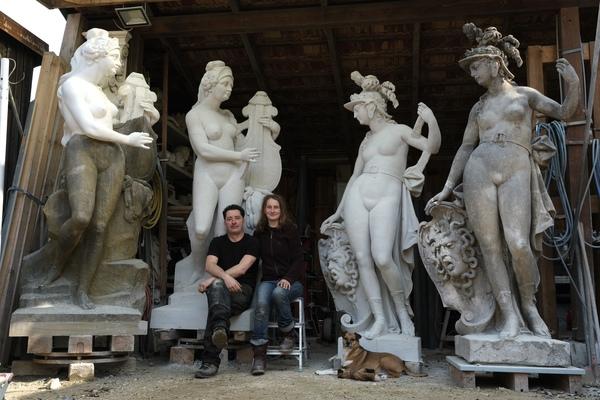 Die Dresdener Bildhauer Stefan und Marie-Josefin Zimmermann zwischen den Originalfiguren und den Kopien von Erato (l.) und Minerva. Quelle: Privat