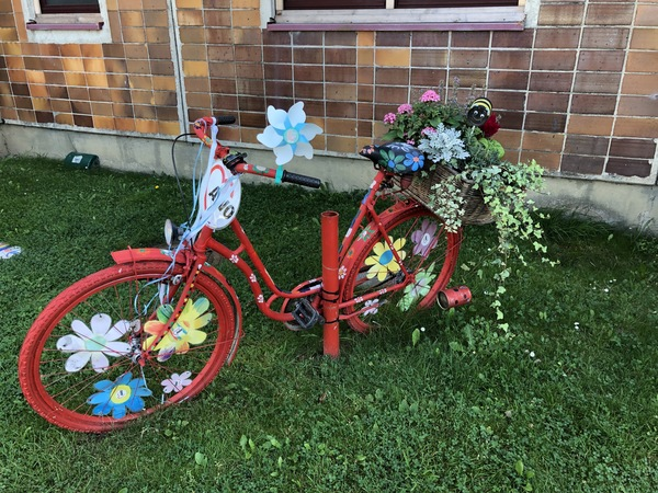 """Das Zweirad steht vor der Kita """"Uns Windroos"""" in Bad Doberan (Foto: Cora Meyer)"""