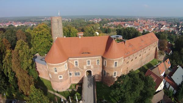 Die Burg Eisenhardt thront über Bad Belzig, dem Ausgangspunkt der Rundwanderung. Foto: Dirk Fröhlich