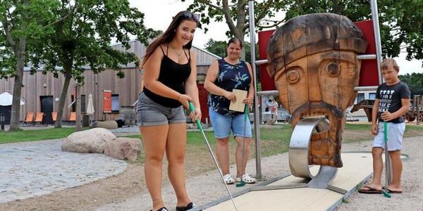 Nelly (v.l.), Sylvia und Nick Gräßler beim Mini-Golfen (Foto: Cora Meyer)