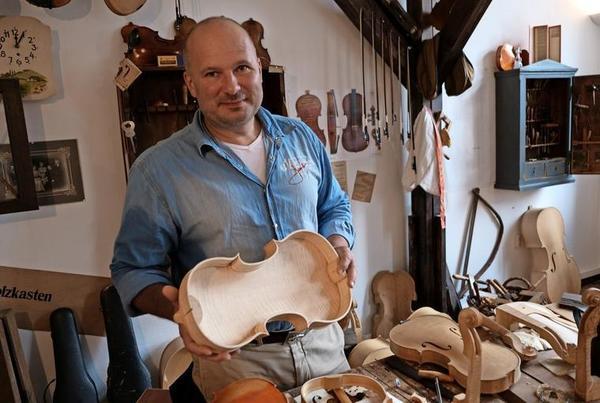 """Frank Bilz in der """"Erlebniswelt Instrumentenbau"""". Foto: Roland Herold"""