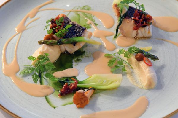 Weißes Seefischfilet, Selleriewurzelcreme mit schwarzem Trüffelöl & angebratenen Wurzeln in Soja & Honigsud. Foto: Bernd Gartenschläger