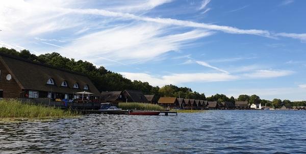 Idyllisch: Bootshäuser am Güstrower Inselsee (Foto: privat).