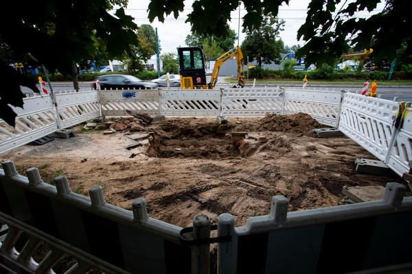 Am Abend des 4. September 2020 kam es gegen 21.30 Uhr zu einem Wasserrohrbruch an der Zeppelinstraße. Der Gehweg und ein Teil der Straße bleiben weiterhin gesperrt.  Quelle: Julius Frick