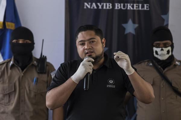 Osiris Luna Meza, Director of Penal Centers, during a visit to the Izalco Penitentiary Center, in the department of Sonsonate, on April 27, 2020 That morning, Luna Meza announced the mixing of opposing gangs in the prisons as a plan to reduce homicides. Photo from El Faro: Víctor Peña