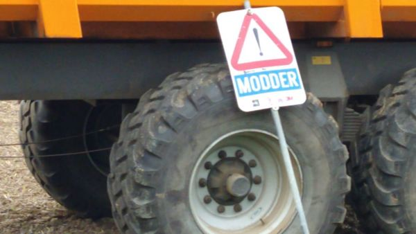 Attention à la boue sur la route - Oppassen voor modder op de weg