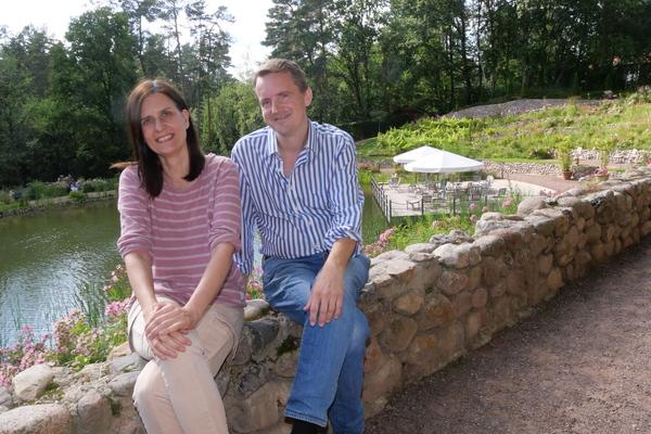Projektleiter Olaf Hobe und Bürokauffrau Janet Haacke am Waldsee – auf dem Wasser liegt eine schwimmende Terrasse des Hofcafés.  (Foto: George)