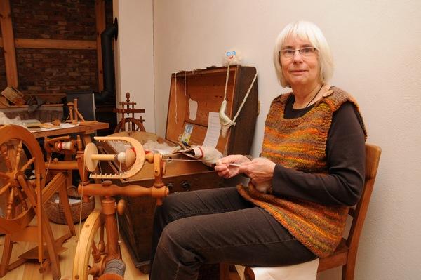 Angelika Richter zeigt, dass man aus einem Kilo Schafswolle zehn Paar Socken stricken kann. Foto: Steffen Brost