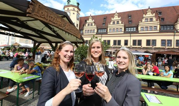 Die Sächsische Weinkönigin Lisa Leinemann (27) eröffnet mit Weinprinzessin Katrin Hecht (29) und Weinprinzessin Ann-Kathrin Schatzl (26) bei der Eröffnung des Weinfestes. Foto: Andre Kempner