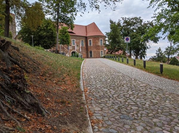 Es gibt viel zu sehen im Hohen Fläming: Bereits in Belzig thront unweit des Start- und Zielbahnhofs die imposante Burg Eisenhardt. Foto: Lars Sittig