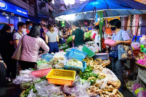 Markt in Bangkok. Mondmaskers, maar wel net zo druk en levendig als altijd.