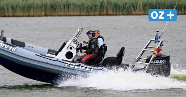Auf Spritztour: Minister Caffier testet neue Schlauchboote der Wasserschutzpolizei in Wolgast