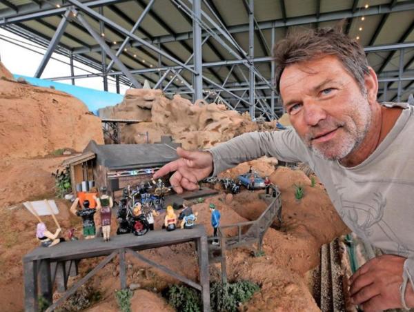 Tausende einzigartige Figuren haben Yogi Meiners und sein Team aus den Rohlingen gefertigt. (Foto: Carolin George)