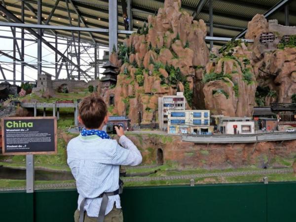 In Bispingen können Besucher einer riesigen Modellbaueisenbahnanlage beim Entstehen zuschauen. (Foto: Carolin George)