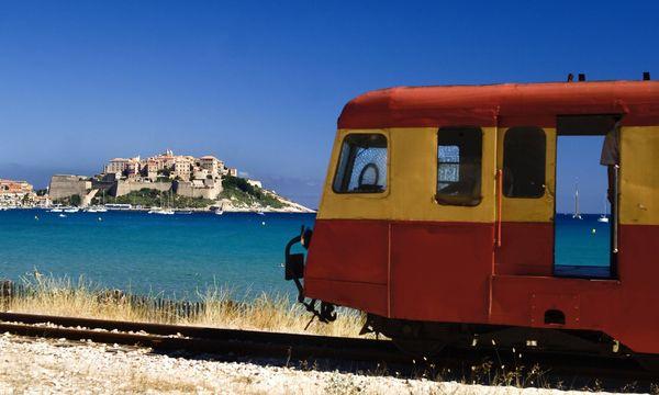 Sightseeing per Zug: Sieben coole Fahrten auf Inseln