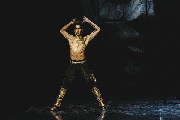 Panamanian dancer Diego Calderon Armien has just won an outstanding theatrical award for his role as King Julius in The Three Masks of the King, of the Samara Opera and Ballet Theater, directed by the renowned choreographer Yuriy Smekalov.
