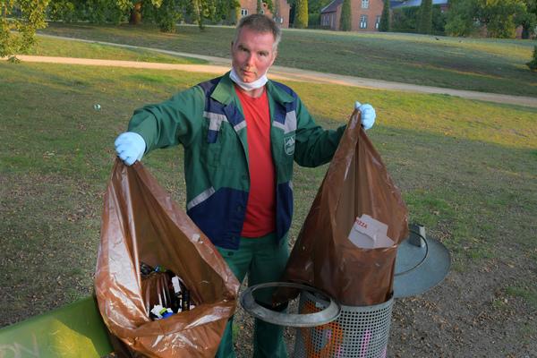 Axel Schwarze (48) ist seit 1987 Gärtner bei der Schlösserstiftung, hier im Neuen Garten sorgt er täglich für Sauberkeit der Parkanlage. Foto: Bernd Gartenschläger