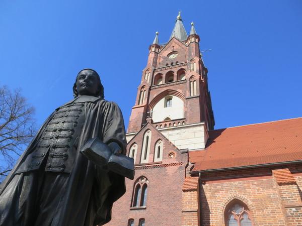 In Mittenwalde erinnert ein Denkmal vor der Kirche an Paul Gerhardt. Foto: Andrea Müller