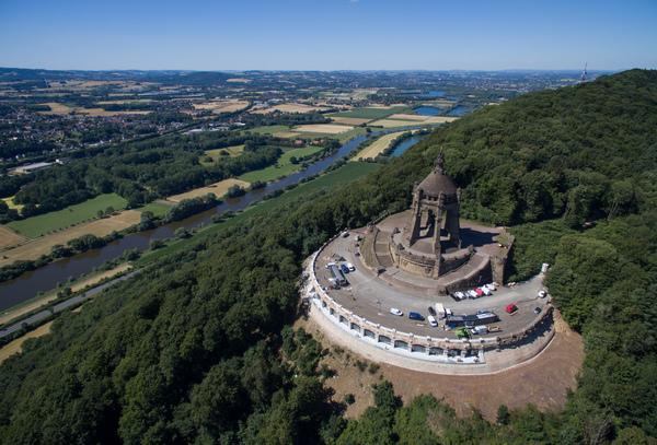 Das Kaiser-Wilhelm-Denkmal hat seit zwei Jahren ein neues Besucherzentrum. (Foto: Friso Gentsch/dpa)
