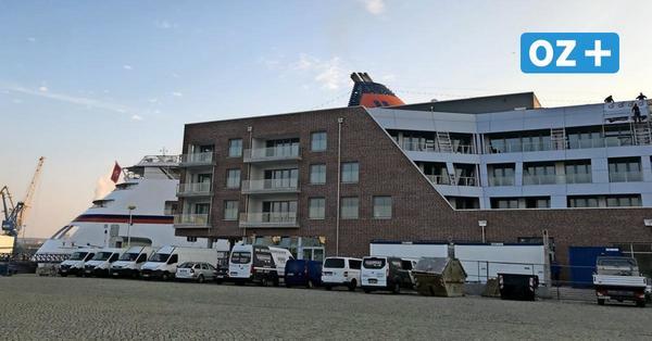 Erster Kreuzliner in Wismar ist hinter neuer Hafenspitze kaum zu sehen