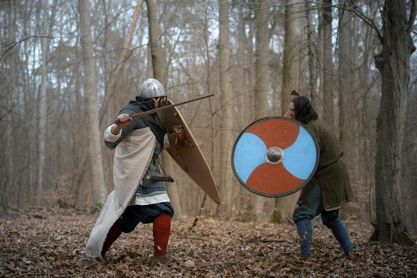 Philipp Roskoschinski und Adam Nawrot (links) proben einen Schaukampf. Foto: Kaptorga