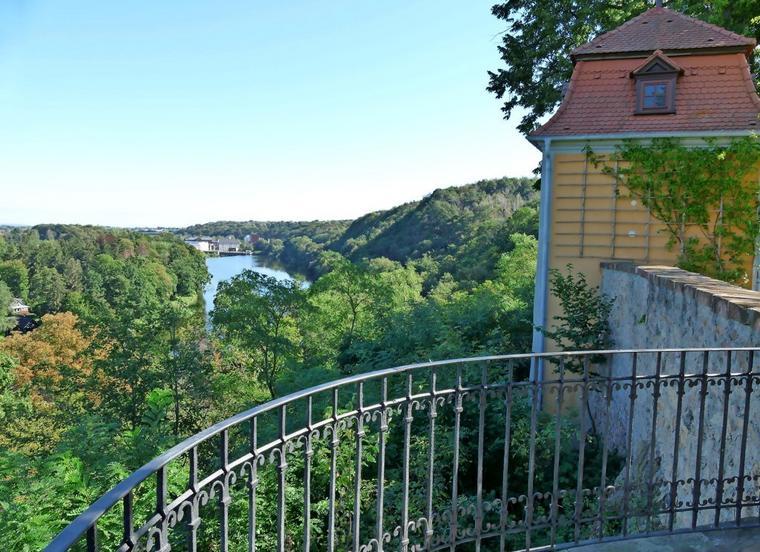 Reizvoller Blick auf die Mulde vom Schloss Döben, rechts der Pavillon. Quelle: Thomas Kube